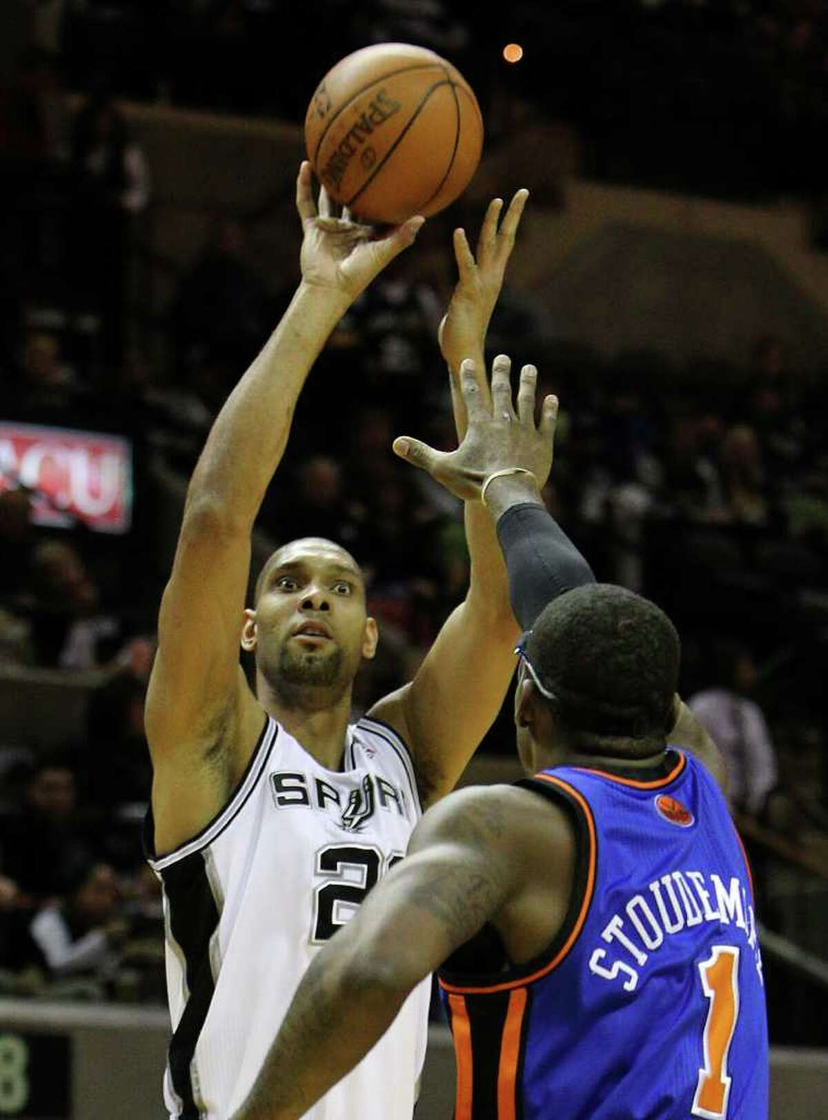 Spurs' Tim Duncan (21) shoots over New York Knicks' Amar'e Stoudemire (01) in the first half at the AT&T Center on Friday, Jan. 21, 2011. Kin Man Hui/kmhui@express-news.net