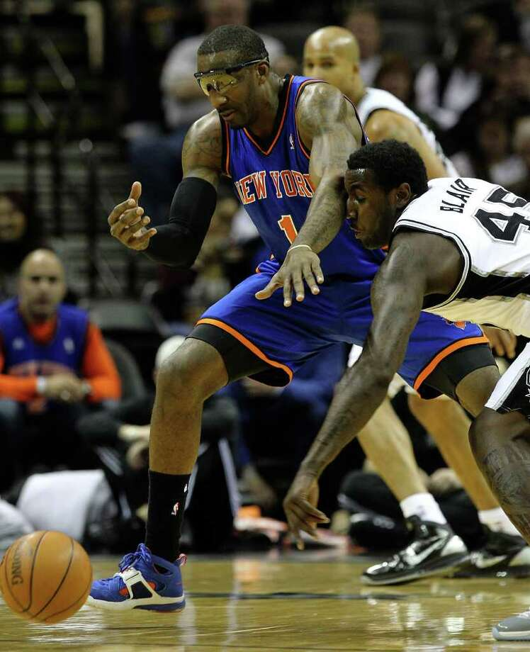 Spurs' DeJuan Blair (right) gets an elbow to the face while going for a loose ball against New York Knicks' Amar'e Stoudemire (01) in the first half at the AT&T Center on Friday, Jan. 21, 2011. Kin Man Hui/kmhui@express-news.net Photo: KIN MAN HUI, SAN ANTONIO EXPRESS-NEWS / kmhui@express-news.net