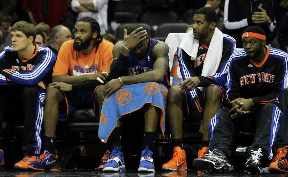 New York Knicks players including Amar'e Stoudemire (center) sit out the remaining moments of the game against the Spurs at the AT&T Center on Friday, Jan. 21, 2011. Spurs defeated the Knicks, 101-92. Kin Man Hui/kmhui@express-news.net Photo: KIN MAN HUI, SAN ANTONIO EXPRESS-NEWS / kmhui@express-news.net