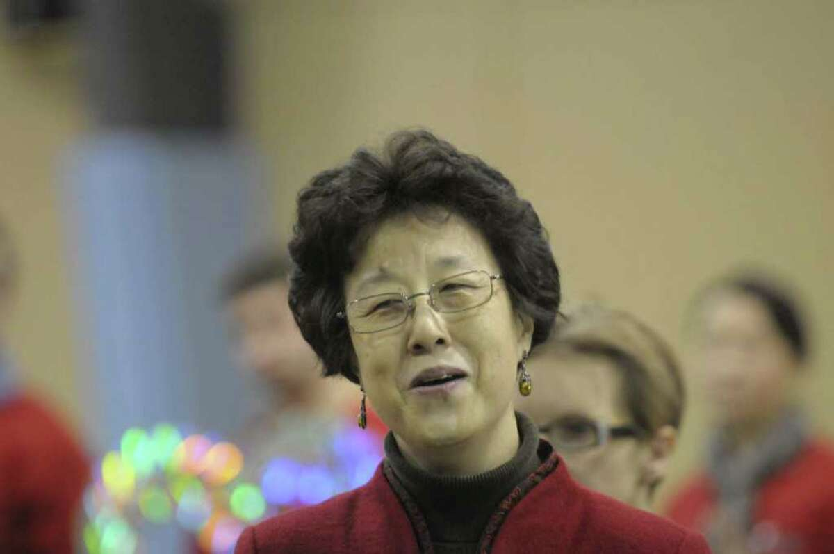 Dong Yin sings the Chinese song,