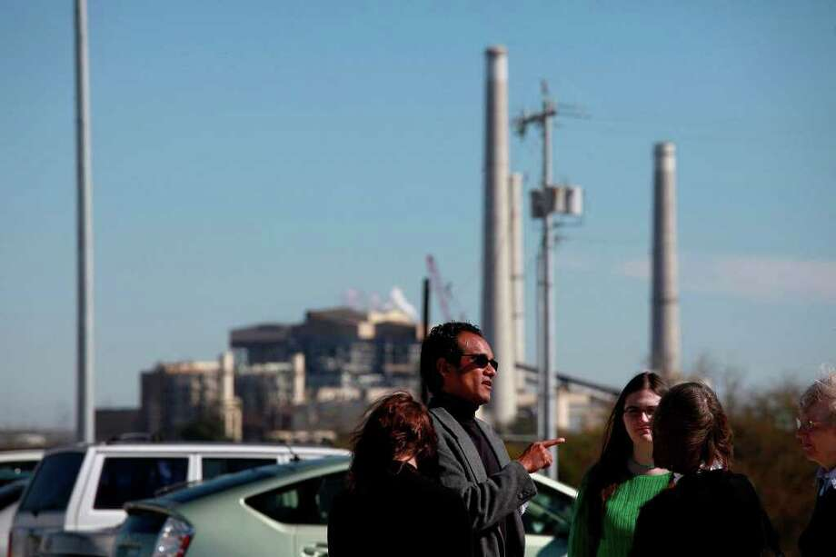 Vincent Fonseca of Physicians for Social Responsibility talks with Sierra Club member Denali Endicott (right) and Margaret Day, chairwoman of the Alamo Sierra Club, on Wednesday outside the Calaveras Power Station. Photo: LISA KRANTZ, SAN ANTONIO EXPRESS-NEWS / SAN ANTONIO EXPRESS-NEWS