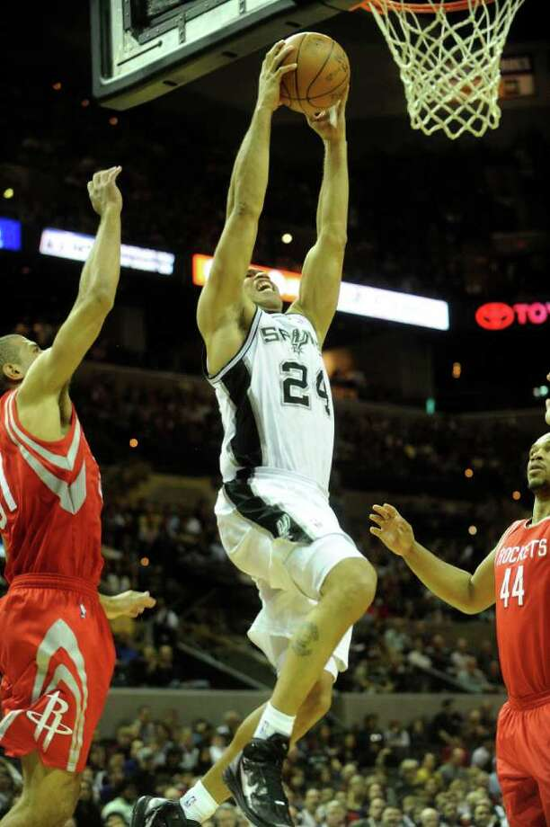 Richard Jefferson of the San Antonio Spurs dunks against Houston during NBA action at the AT&T Center on Saturday, Jan. 29, 2011. BILLY CALZADA / gcalzada@express-news.net