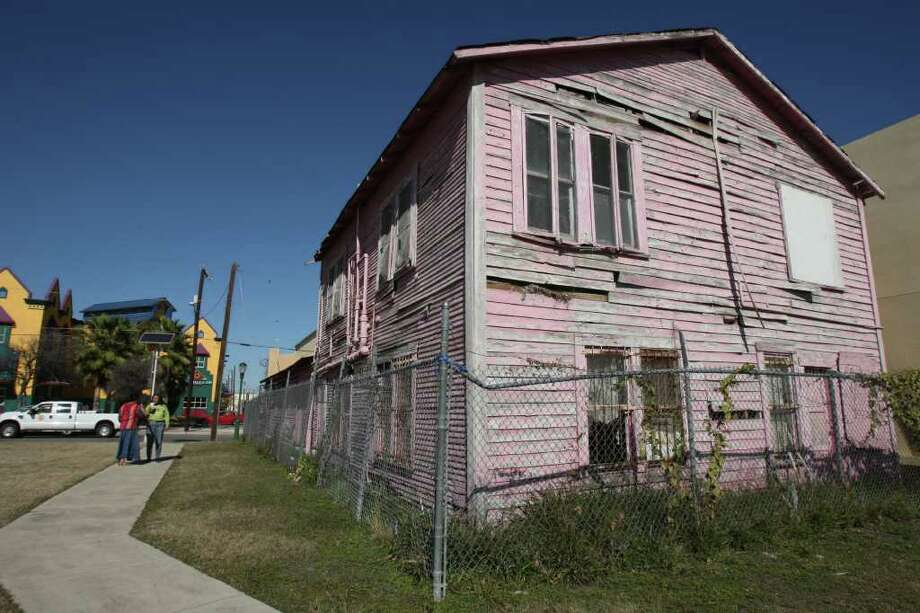 "The 1312 Guadalupe St. landmark known as the ""pink"" building was voted 12-1 for demolition by the Avenida Guadalupe Association at a recent board meeting. Photo: HELEN L. MONTOYA, SAN ANTONIO EXPRESS-NEWS / hmontoya@express-news.net"