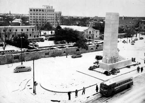 METRO / HUDDLESTON / SUNDAY 31 - Alamo Plaza covered in a blanket of snow on January 31, 1949. SAN ANTONIO EXPRESS-NEWS FILE PHOTO Photo: San Antonio Express-News / FILE