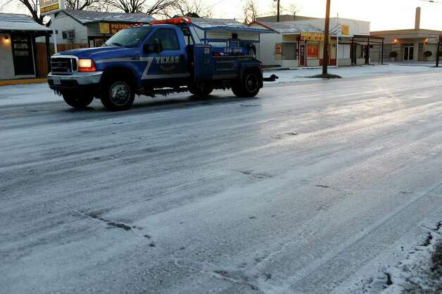 METRO - Drivers navigate snow on Fredericksburg Road in San Antonio on Friday, Feb. 4, 2011. LISA KRANTZ/lkrantz@express-news.net Photo: LISA KRANTZ, SAN ANTONIO EXPRESS-NEWS / SAN ANTONIO EXPRESS-NEWS
