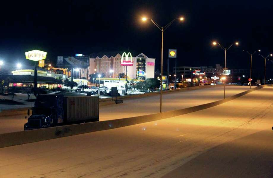 A commercial hauler sits idle along IH-10 eastbound near Wurzbach Road as the first snow event in San Antonio forced motorists off the slick roads and closures of roads were done in the early morning hours of Friday, Feb. 4, 2011. Kin Man Hui/kmhui@express-news.net Photo: KIN MAN HUI, SAN ANTONIO EXPRESS-NEWS / San Antonio Express-News