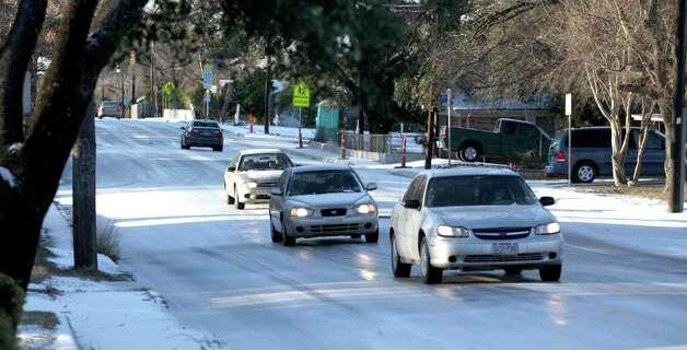 metro daily - Motorists vavigate on ice along St. Cloud near Cromwell Friday, Feb. 4, 2011. Photo Bob Owen/rowen@express-news.net Photo: Bob Owen, San Antonio Express-News / rowen@express-news.net