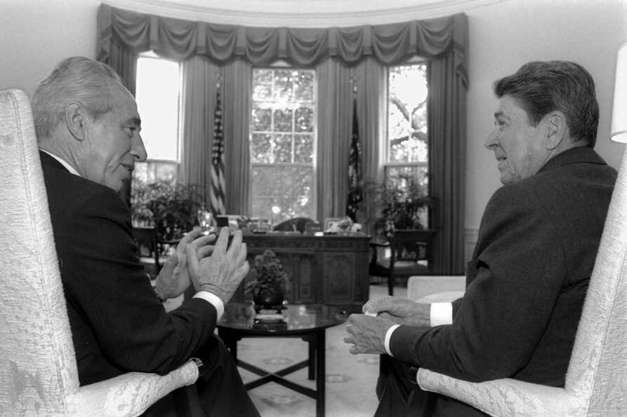 WASHINGTON,  DC: (FILE PHOTO) US President Ronald Reagan (R) meets Israeli Prime Minister Shimon Per