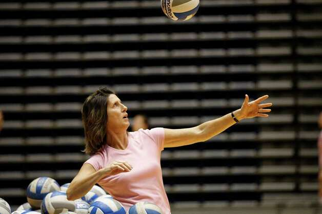 VBC/UTSA PRACTICE  -- University of Texas at San Antonio volleyball head coach Laura Groff runs drills with the team during practice at the Convocation Center, Tuesday, Oct. 19, 2010. JERRY LARA/glara@express-news.net Photo: JERRY LARA, SAN ANTONIO EXPRESS-NEWS / glara@express-news.net