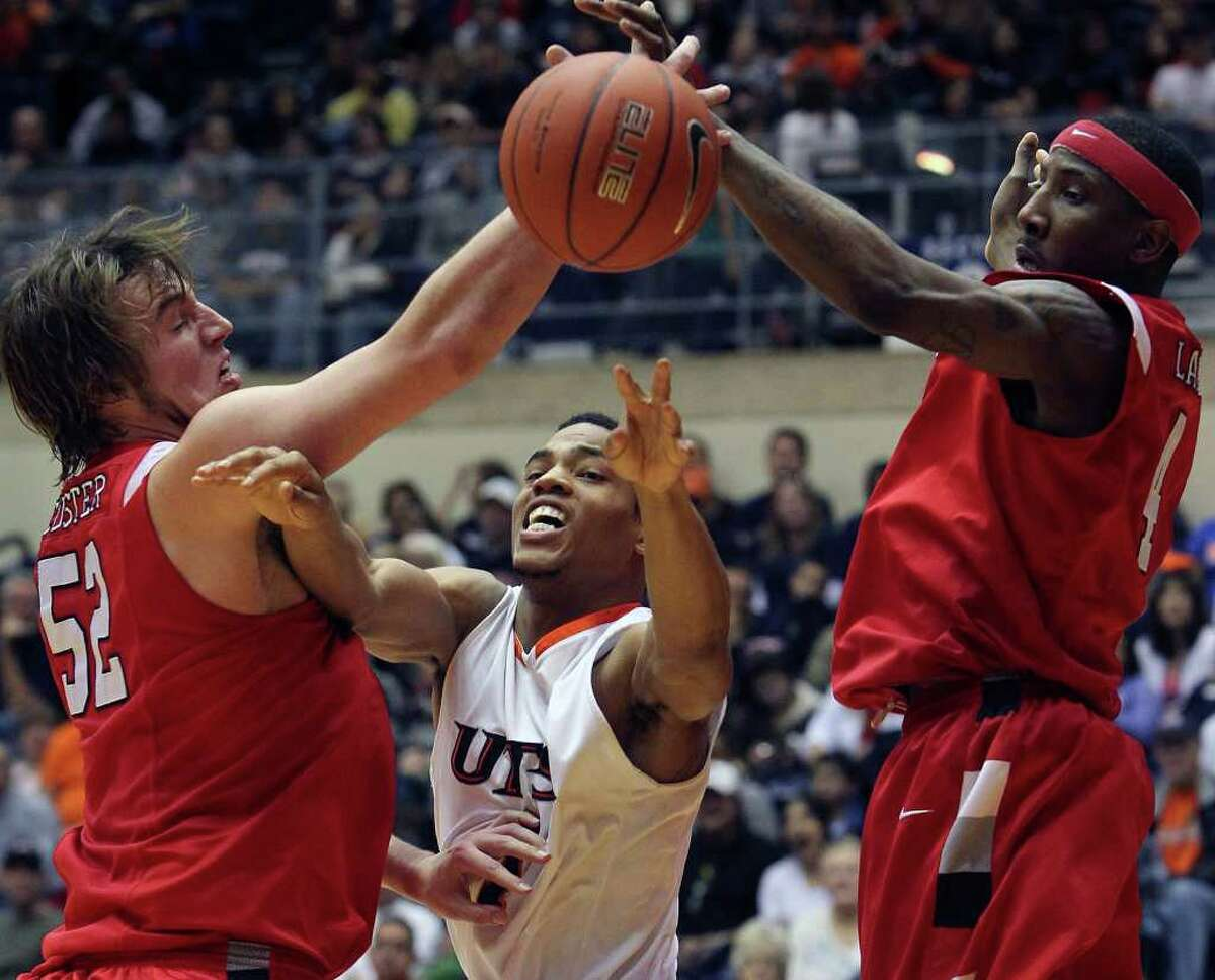 SPORTS Roadrunner forward Stephen Franklin finds an oopen teammate and makes the pass under Coy Custer (52) and Devon Lamb as UTSA plays Lamar in mens' basketball at the UTSA Convocation Center on February 5, 2011. Tom Reel/Staff