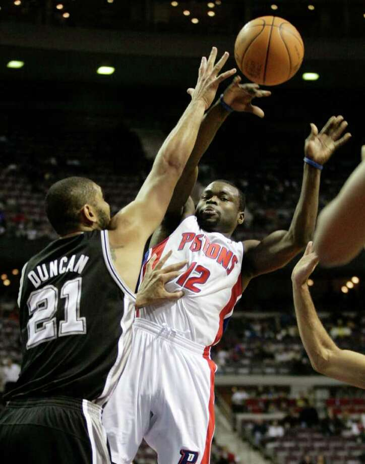 Detroit Pistons' Will Bynum pass the ball against San Antonio Spurs defender Tim Duncan (21) in the second half of an NBA basketball game, Tuesday, Feb. 8, 2011, in Auburn Hills, Mich. Bynum led the Pistons with 21 points but they fell to the Spurs 100-89. Photo: AP