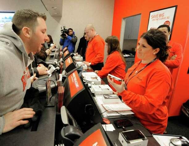 Talia Valenti, a Verizon sales associate, helps a customer ...