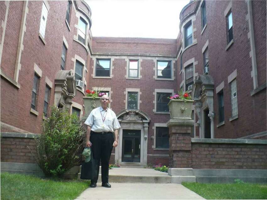Tour guide Marshall Jacobson stands in front of President Obama's first apartment in Chicago. (Photo by Michael Schuman)