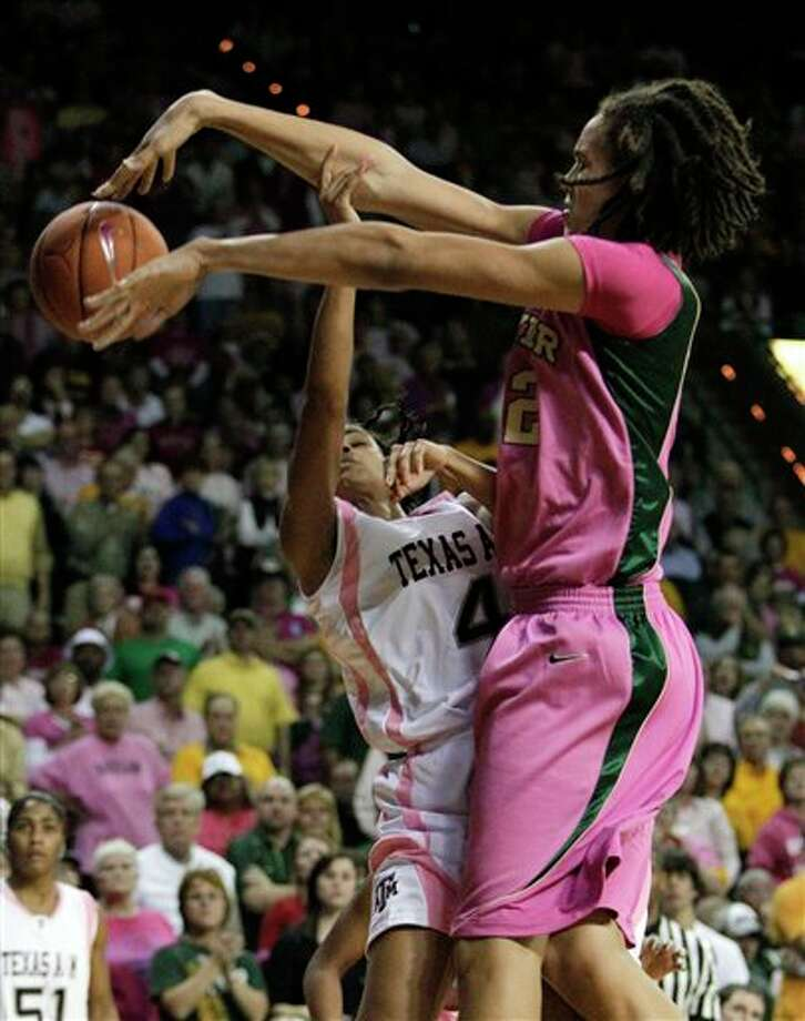 Baylor center Brittney Griner (right) blocks a shot by Texas A&M guard Sydney Carter on Monday night in Waco. Photo: Tony Gutierrez/Associated Press