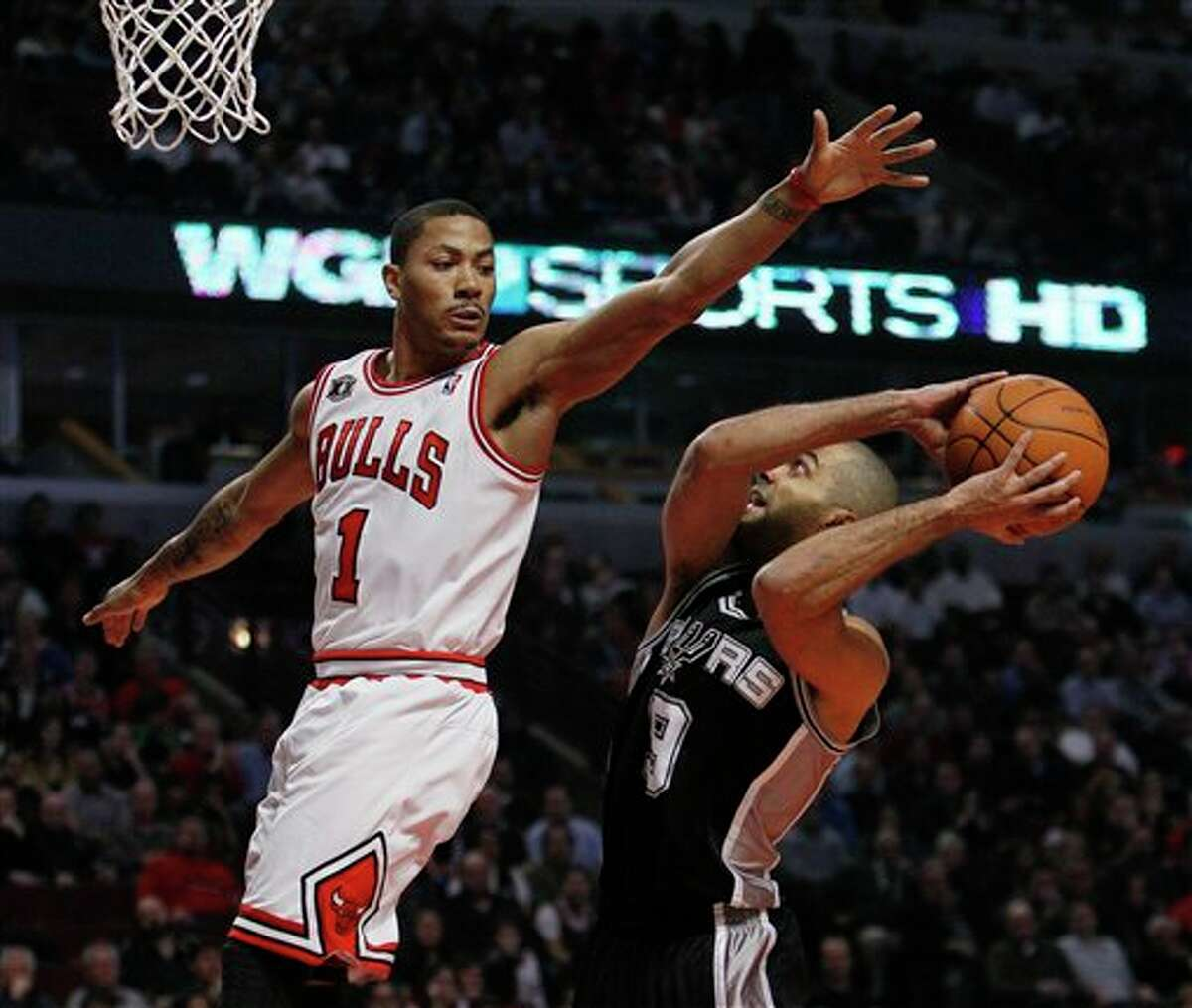 Spurs guard Tony Parker (right) tries to pass around the Bulls' Derrick Rose on Thursday.