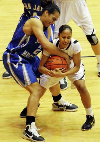 Jay's Erica Donovan and  Wagner's Aundrea Davis struggle for control of the ball during the first half on Monday, Feb. 21, 2011, at the UTSA Convocation Center. Photo: EDWARD A. ORNELAS, Edward A. Ornelas/Express-News / eaornelas@express-news.net