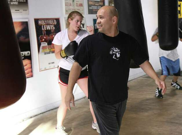CONEXION: Jesse James Leija leads a class at his ChampionFit Gym on Wednesday Jan. 29, 2009.  HELEN L. MONTOYA/hmontoya@conexionsa.com Photo: HELEN L. MONTOYA, SAN ANTONIO EXPRESS-NEWS / hmontoya@conexionsa.com
