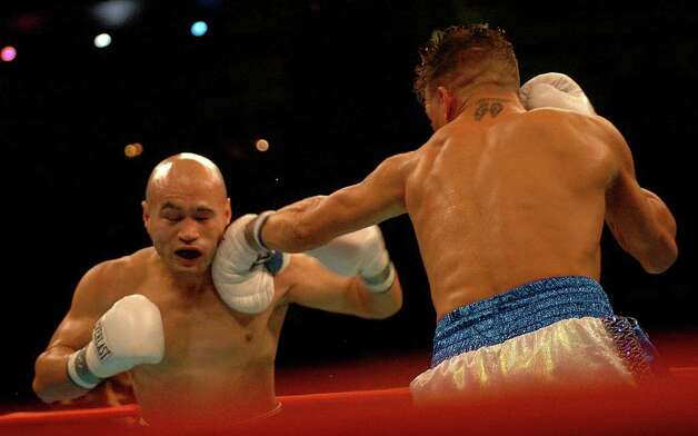 SPORTS - Jesse James Leija is tagged by Arturo Gatti during their WBC super lightweight title fight in Atlantic City, N.J., on Saturday, Jan. 29, 2005. BILLY CALZADA / STAFF Photo: BILLY CALZADA, SAN ANTONIO EXPRESS-NEWS / SAN ANTONIO EXPRESS-NEWS