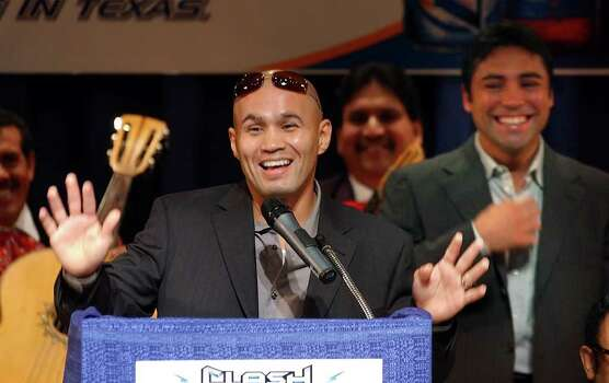 Sports daily - James Leija, left, jokes about fighting Oscar De La Hoya, right, who is promoting the fight between Marco Antonio Barrera and Manny Pacquiao from the  Philippines, WEdnesday, Nov. 12, 2003.  photo Bob OWen Photo: BOB OWEN, SAN ANTONIO EXPRESS-NEWS / SAN ANTONIO EXPRESS-NEWS
