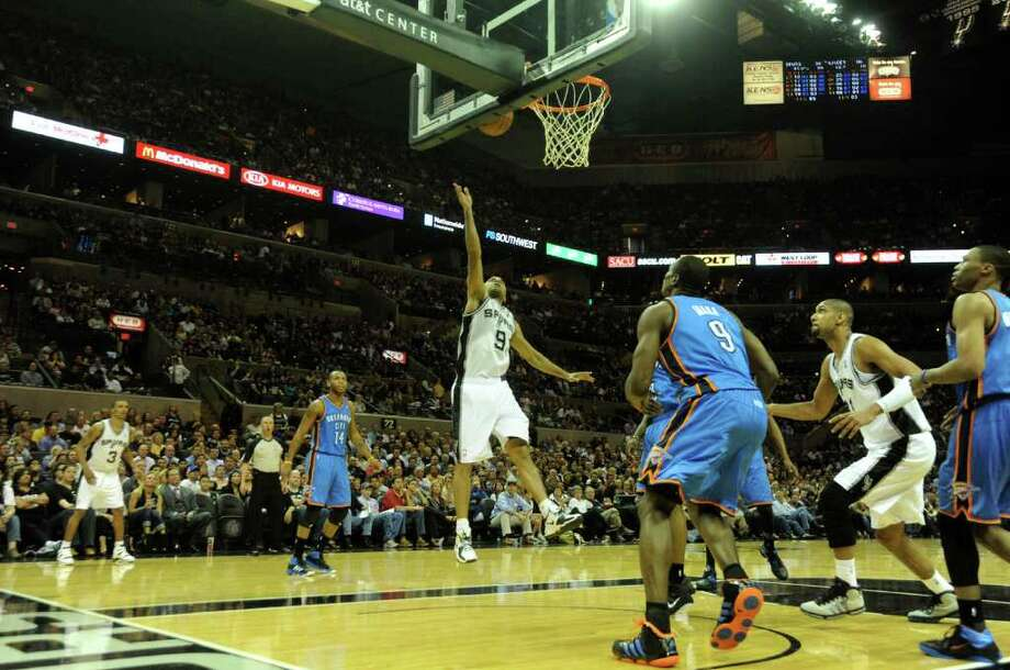 Tony Parker of the San Antonio Spurs shoots a layup against the Oklahoma City Thunder during second-half NBA action at the AT&T Center on Wednesday, Feb. 23, 2011. The Spurs won, 109-105. BILLY CALZADA / gcalzada@express-news.net  Oklahoma City Thunder at San Antonio Spurs Photo: BILLY CALZADA, SAN ANTONIO EXPRESS-NEWS / gcalzada@express-news.net