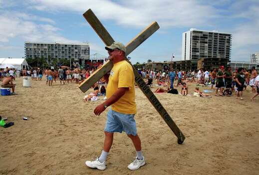 Larry Gross of Utopia, Texas walks down the beach on South Padre Island, Texas during Spring Break, 2007 near the Radisson Hotel. Gross walks all over Texas with the cross since 1987 when he overcame addictions to drugs. JOHN DAVENPORT / STAFF Photo: JOHN DAVENPORT, SAN ANTONIO EXPRESS-NEWS / SAN ANTONIO EXPRESS-NEWS