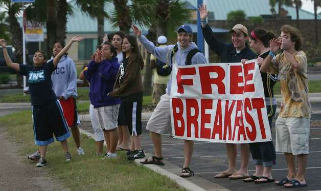 Particpants in Beach Reach on South Padre Island, Texas offer free breakfast to passing motorists on Tuesday March 13, 2007. (TO GO WITH ABE LEVY STORY)   JOHN DAVENPORT / STAFF Photo: JOHN DAVENPORT, SAN ANTONIO EXPRESS-NEWS / SAN ANTONIO EXPRESS-NEWS