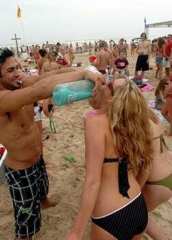 STATE/DAILY/ SPRING BREAL 2006: Dustin Herman,22, from the University of Florida makes sure the hot bodies get their fill of tropic rum and vodka on South Padre Island Monday March 13, 2006. DELCIA LOPEZ/STAFF Photo: DELCIA LOPEZ, SAN ANTONIO EXPRESS NEWS / SAN ANTONIO EXPRESS NEWS