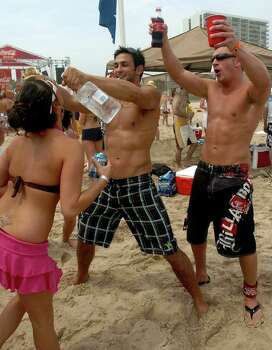 STATE/DAILY/ SPRING BREAL 2006: Spring Breakers Dustin Herman of the University of Florida and David Oltman pour vodka on revelers at South padre Island Monday March 13, 2006. DELCIA LOPEZ/STAFF Photo: DELCIA LOPEZ, SAN ANTONIO EXPRESS NEWS / SAN ANTONIO EXPRESS NEWS