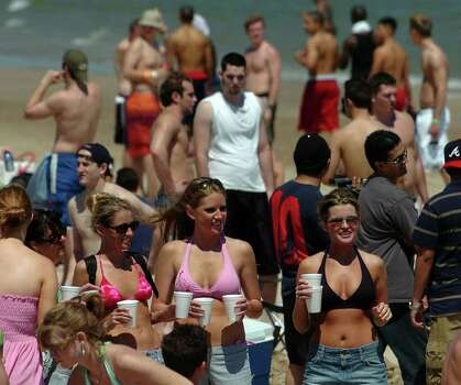 STATE - Students enjoy themselves on the South Padre Island beach during spring break on Saturay, March 12, 2005. BILLY CALZADA / STAFF Photo: BILLY CALZADA, SAN ANTONIO EXPRESS-NEWS / SAN ANTONIO EXPRESS-NEWS