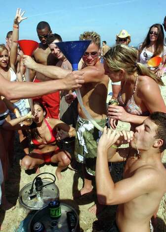 STATE/DAILY/ SPRING BREAK 2004:  Spring breakers from Nebraska,Ilinois,Michigan State,and Kingsville A&M do the beer bong on South Padre Island Friday March 12, 2004. DELCIA LOPEZ/STAFF Photo: DELCIA LOPEZ, SAN ANTONIO EXPRESS NEWS / SAN ANTONIO EXPRESS NEWS