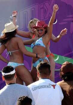 STATE/DAILY/ SPRING BREAK 2004:  Spring breakers from Nebraska,Ilinois,Michigan State,and Kingsville A&M enter the dance contest on South Padre Island Friday March 12, 2004. DELCIA LOPEZ/STAFF Photo: DELCIA LOPEZ, SAN ANTONIO EXPRESS NEWS / SAN ANTONIO EXPRESS NEWS