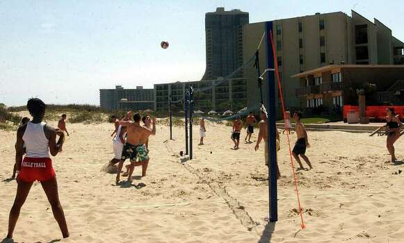 STATE/ADVANCE/ SPRING BREAK 2004: Spring breakers at South Padre Island enjoy a game of voleyball on the beach Monday March 8, 2004. DELCIA LOPEZ Photo: DELCIA LOPEZ, SAN ANTONIO EXPRESS NEWS / SAN ANTONIO EXPRESS NEWS