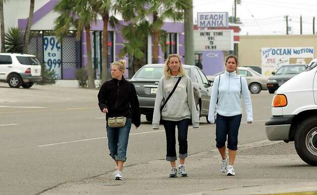 STATE/DAILY/ Spring Break 2003: Spring Breakers walk down Padre Blvd at South Padre Island March 6, 2003. Cold  weather made many spring breakers wear their sweatshirts and pants for the first week of the springbreak week. DELCIA LOPEZ/STAFF Photo: DELCIA LOPEZ, SAN ANTONIO EXPRESS NEWS / SAN ANTONIO EXPRESS NEWS