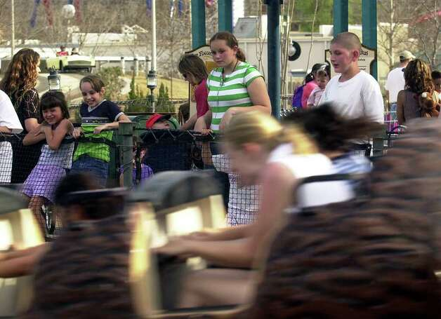 METRO - Visitors to Fiesta Texas watch the action on the log ride on Thursday, March 14, 2002. Many area students on spring break are enjoying the park. BILLY CALZADA / STAFF Photo: BILLY CALZADA, SAN ANTONIO EXPRESS-NEWS / SAN ANTONIO EXPRESS-NEWS