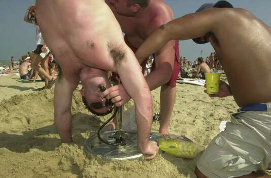 "M. Damon O'Connell, 22, a student at Norwich University in Vermont, executes a ""kegstand"" during spring break on  South Padre Island on Thursday, March 9, 2000. EXPRESS-NEWS PHOTO BY BILLY CALZADA Photo: BILLY CALZADA, SAN ANTONIO EXPRESS-NEWS / SAN ANTONIO EXPRESS-NEWS"