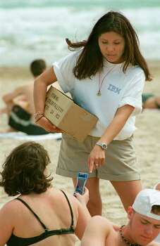 BUSINESS Vaughan 3-25-99 Lorrinda Nakai 23, with IBM, distributes gifts along the beach at South Padre Island, Texas on Wednesday, March 24, 1999. IBM was at the beach searching for recruits. jerry lara/staff Photo: JERRY LARA / EN