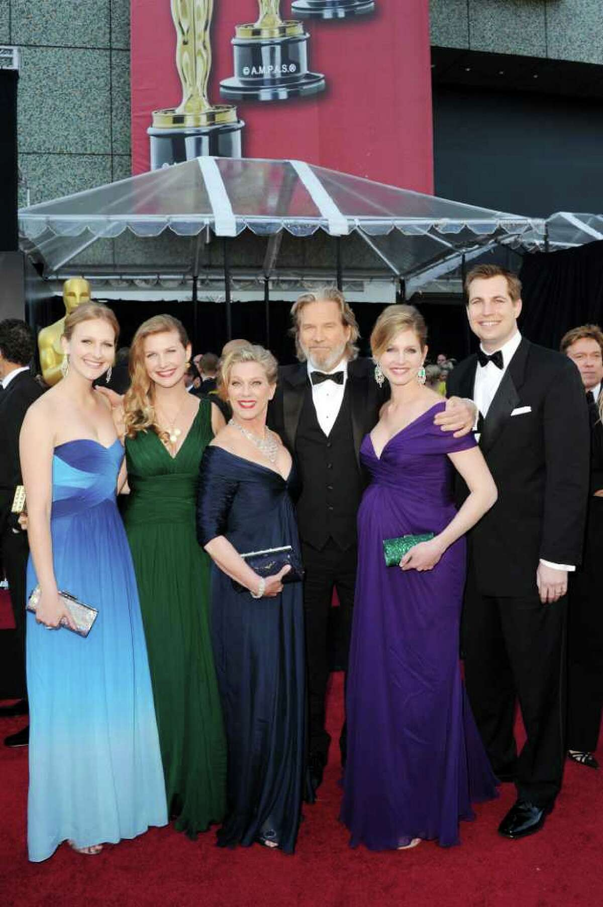 HOLLYWOOD, CA - FEBRUARY 27: Actor Jeff Bridges (C), wife Susan Bridges (2nd L), and family arrive at the 83rd Annual Academy Awards held at the Kodak Theatre on February 27, 2011 in Hollywood, California. (Photo by Jason Merritt/Getty Images) *** Local Caption *** Jeff Bridges;Susan Bridges
