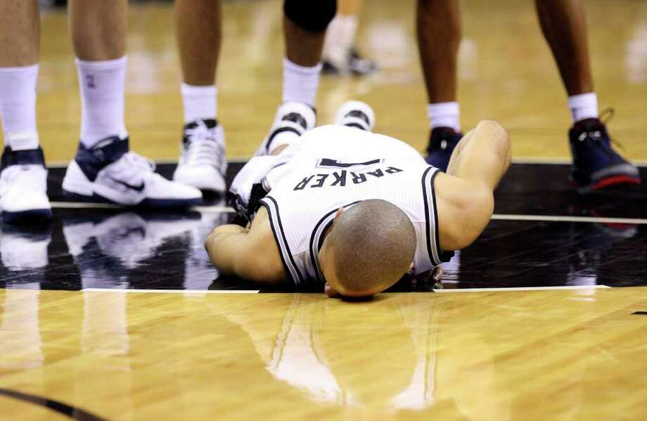 FOR SPORTS - Spurs' Tony Parker lies on the floor after being injured against the Grizzlies during first half action Sunday Feb 27, 2011 at the AT&T Center.  (PHOTO BY EDWARD A. ORNELAS/eaornelas@express-news.net) Photo: EDWARD A. ORNELAS, SAN ANTONIO EXPRESS-NEWS / eaornelas@express-news.net