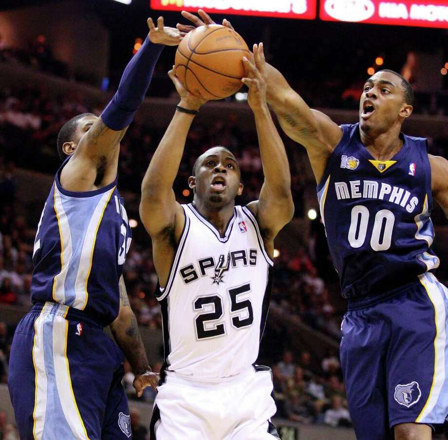 FOR SPORTS - Spurs' James Anderson shoots between Grizzlies' O.J. Mayo (left) and Grizzlies' Darrell Arthur during first half action Sunday Feb 27, 2011 at the AT&T Center.  (PHOTO BY EDWARD A. ORNELAS/eaornelas@express-news.net) Photo: EDWARD A. ORNELAS, SAN ANTONIO EXPRESS-NEWS / eaornelas@express-news.net