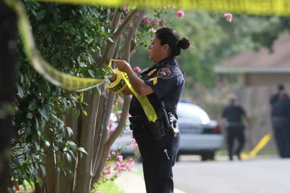 METRO:  An Edgewood ISD police officer puts up crime scene tape as officers investigate the scene were an SAPD officer was shot in pursuit of a burglary suspect on Monday Sept. 8, 2008.  The officer shot the suspect who was pronounced dead at the scene.  HELEN L. MONTOYA/hmontoya@express-news.net