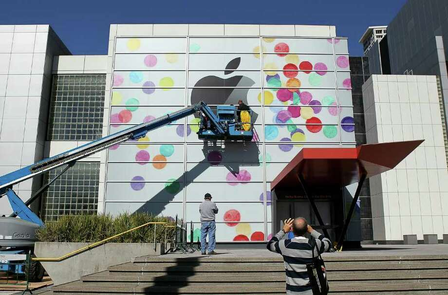 SAN FRANCISCO, CA - FEBRUARY 28:  Workers apply the Apple logo the outside of the Yerba Buena Center for the Arts on February 28, 2011 in San Francisco, California.  Apple is preparing to launch the iPad 2 at a special event to be held on March 2 at the Yerba Buena Center for the Arts.  (Photo by Justin Sullivan/Getty Images) Photo: Justin Sullivan