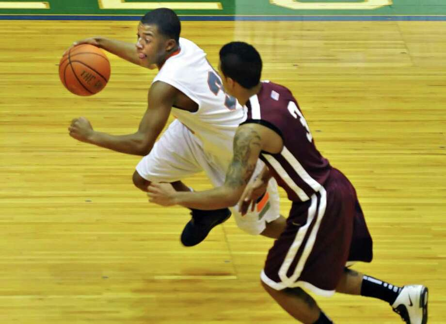 Catskill's #30 Jonathan Hall, left,  races Vliet's #3 Devonte Gleason down court during the Class BB/B boys' basketball title game at the Glens Falls Civic Center Saturday night  Mar. 5, 2011.   (John Carl D'Annibale / Times Union) Photo: John Carl D'Annibale / 00012272A