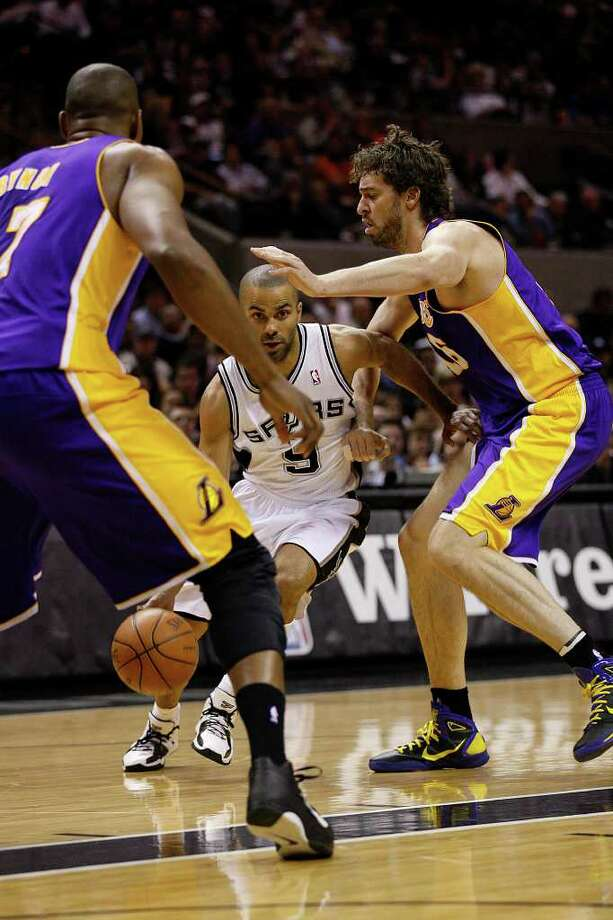SPURS -- San Antonio Spurs Tony Parker tries to split the defense of Los Angeles Lakers Andrew Bynum, left, and Pau Gasol, during the first half at the AT&T Center, Sunday, March 6, 2011. JERRY LARA/glara@express-news.net Photo: JERRY LARA, San Antonio Express-News / SAN ANTONIO EXPRESS-NEWS (NFS)