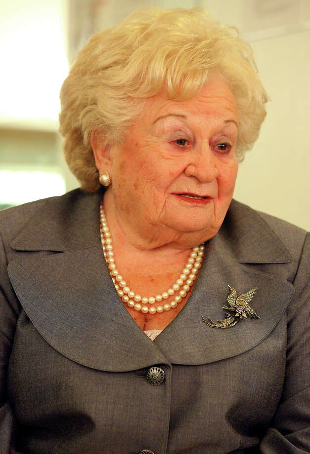 Holocaust survivor Leah Bedzowski Johnson, 87, answers questions about ultimately avoiding the Nazis during World War II. Photo: Edward A. Ornelas/Express-News