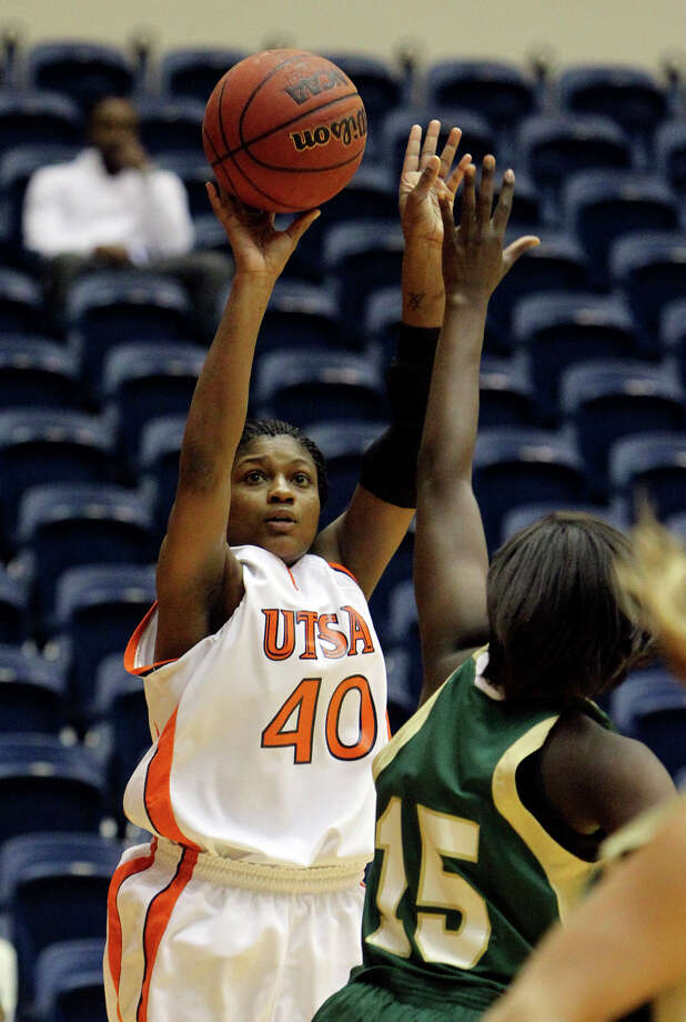 UTSA's Ashleigh Franklin averages 10.8 points and 8.3 rebounds per game despite being only 5-foot-6. Photo: Kin Man Hui/kmhui@express-news.net / San Antonio Express-News