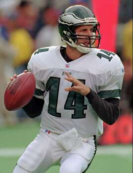Philadelphia Eagles quarterback Ty Detmer prepares to pass in the second quarter vs. the Miami Dolphins, Sunday, Oct. 20, 1996, in Philadelphia's Veterans Stadium.  Detmer has gone from being a woozy replacement to a winning starter for the Philadelphia Eagles. Photo: TIM SHAFFER, AP / AP