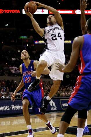 SPURS -- San Antonio Spurs Richard Jefferson drive to the goal by Detroit Pistons Tayshaun Prince in the first half at the AT&T Center, Wednesday, March 9, 2011. JERRY LARA/glara@express-news.net Photo: JERRY LARA, San Antonio Express-News / SAN ANTONIO EXPRESS-NEWS (NFS)