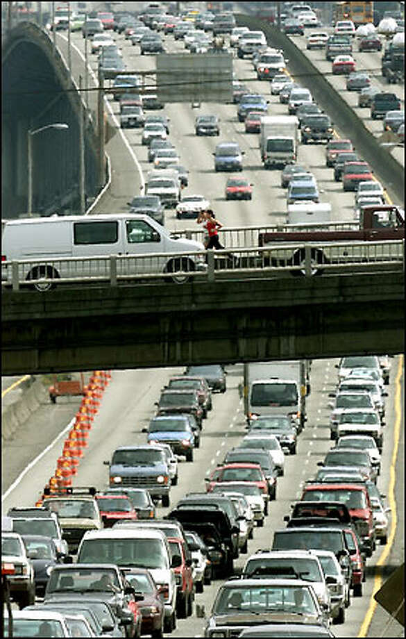 Typical commute-time traffic moves north on Interstate 5 under the Northeast 45th overpass. Photo: Paul Kitagaki Jr./Seattle Post-Intelligencer