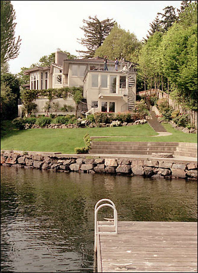 Vin Baker's five-bedroom, 5 1/2-bath home on Mercer Island has plenty of waterfront and pristine views of Lake Washington. Photo: Phil H. Webber/Seattle Post-Intelligencer