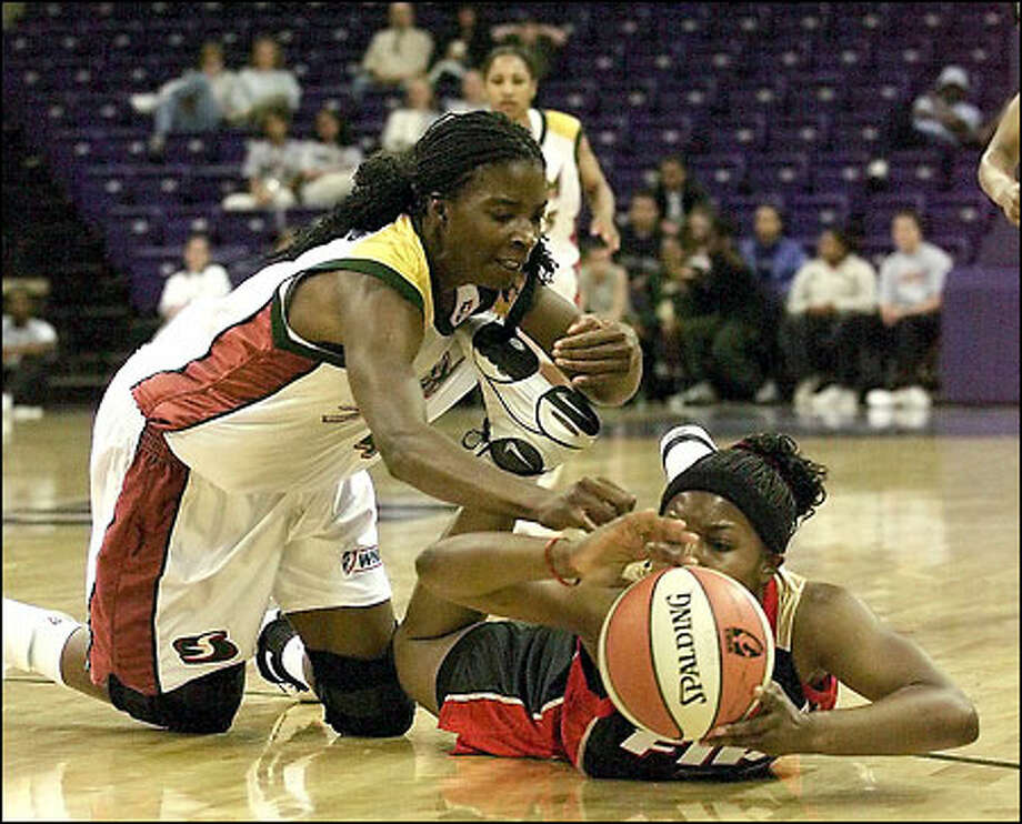 Storm center Simone Edwards lunges for a loose ball vs. Portland. Photo: Gilbert W. Arias/Seattle Post-Intelligencer